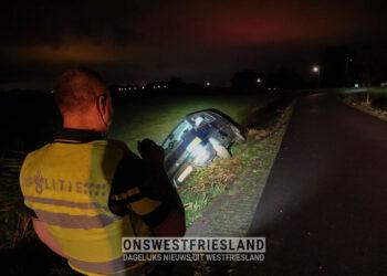 Auto in de sloot in Hoogwoud; bestuurder mee naar politiebureau