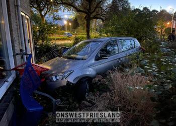 Auto eindigt in voortuin van woning Grootebroek